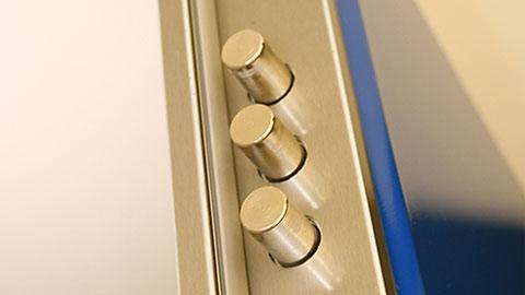 dettaglio-porta-blindata-tre pistoni.jpg