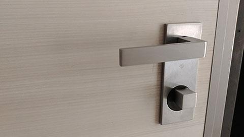 dettaglio porta blindata maniglia quadra