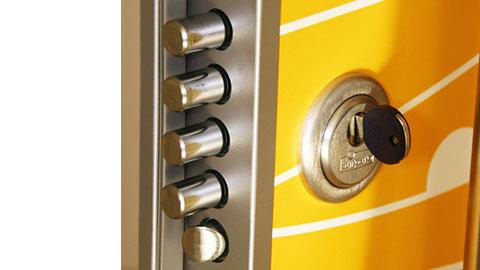 dettaglio porta blindata serratura a cremagliera